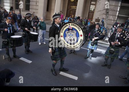 Schottischer Dudelsackspieler, Tänzer, Demonstranten und Zuschauer genießen die jährliche Tartan Day Parade in der - Stockfoto