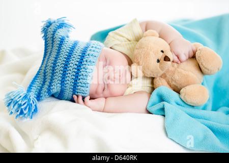 schlafenden Baby Boy mit Spielzeug - Stockfoto