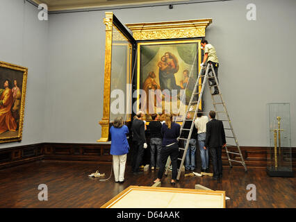 Spezialisten bewegen der Sixtinischen Madonna von Raffael zum der Gobelin-Zimmer im Gemaeldegalerie Alte Meister - Stockfoto
