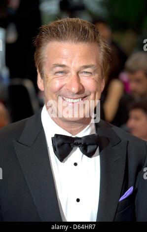 """Schauspieler Alec Baldwin kommt bei der Premiere von """"Therese Desqueyroux"""" bei den 65. Filmfestspielen im Palais des Festivals in Cannes, Frankreich, am 27. Mai 2012. Foto: Hubert Boesl"""