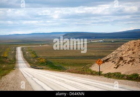 Datei - datiert eine Archiv Bild 1. Dezember 2008 zeigt die Autobahn 3 von Ushuaia nach Rio Grande, Argentinien. - Stockfoto