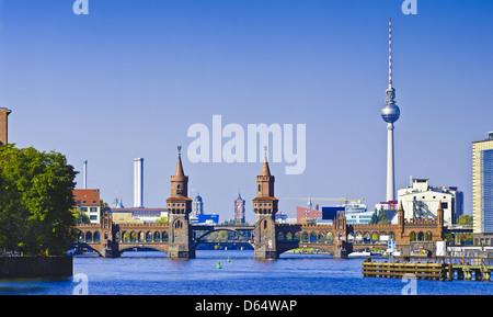 wunderschönes Panorama mit Oberbaumbrücke in Berlin, Deutschland - Stockfoto
