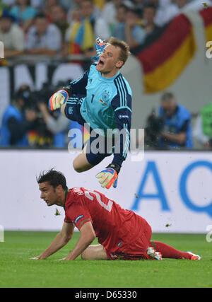 Deutschlands Torhüter Manuel Neuer (oben) und Portugals Helder Postiga wetteifern um die Kugel während der UEFA - Stockfoto