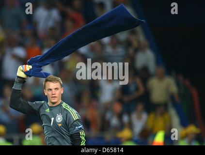 Deutschlands Torhüter Manuel Neuer feiert mit einem Handtuch nach der UEFA EURO 2012-Gruppe B Fußballspiel Niederlande - Stockfoto