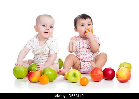 Kinder Babys essen gesundes Essen Obst isoliert auf weiss - Stockfoto