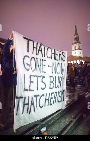 Thatcher Tod Party, Trafalgar Square, London, UK.13.04.2013 Demonstranten versammeln sich auf Trafalgar Square in - Stockfoto