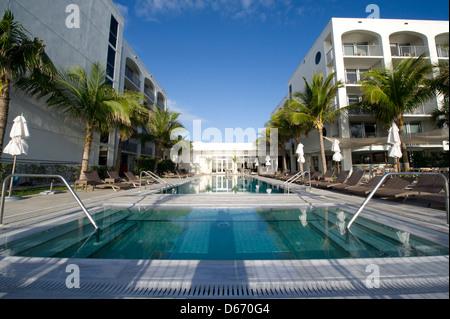 Der Pool und der Whirlpool an der Costa d'esta Beach Resort und Hotel in Vero Beach, Florida - Stockfoto