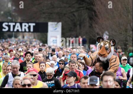 Brighton, UK, 14.04.2013: Brighton Marathon. Tausende Läufer starten beim Marathon im Preston Park. Bild von Julie - Stockfoto
