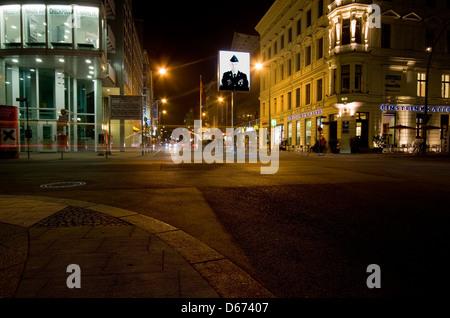 Eine Nacht-Time-Ansicht der Checkpoint Charlie in Berlin, Deutschland - Stockfoto
