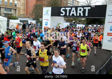Brighton, UK. 14. April 2013. Die Brighton Marathon 2013. Abgebildet ist die Aktion von der Veranstaltung auf der - Stockfoto