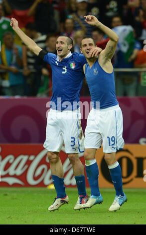 Italiens Giorgio Chiellini und Leonardo Bonucci (R) feiert nach die UEFA EURO 2012-Halbfinale-Fußball-Spiel Deutschland vs. Italien im Nationalstadion in Warschau, Polen, 28. Juni 2012. Foto: Andreas Gebert Dpa (siehe Kapitel 7 und 8 der http://dpaq.de/Ziovh für die UEFA Euro 2012 Geschäftsbedingungen &) +++(c) Dpa - Bildfunk +++