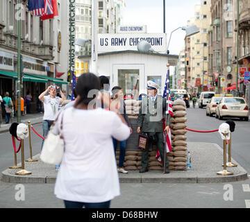 Menschen werden mit Schauspielern Uniformen Soldaten am Checkpoint Charlie in Berlin, Deutschland, 2. Juli 2012 - Stockfoto