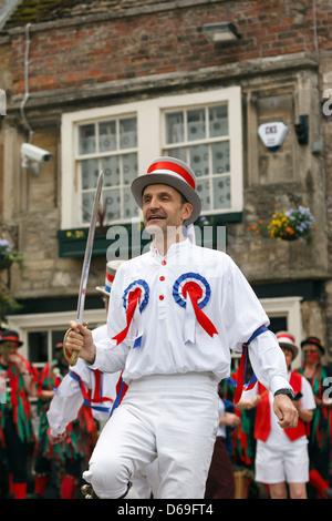 Morris Männer tanzen bei einem Volksfest statt in Chippenham, Wiltshire, England, UK. - Stockfoto