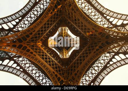 Niedrigen Winkel Blick auf Eiffelturm - Stockfoto