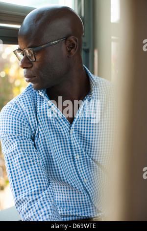 Geschäftsmann aus Fenster - Stockfoto