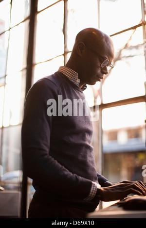 Geschäftsmann mit Computer im café - Stockfoto