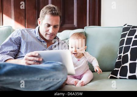 Vater mit Tochter tablet - Stockfoto