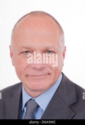 Porträt eines lächelnden Geschäftsmann vor einem weißen Hintergrund. - Stockfoto