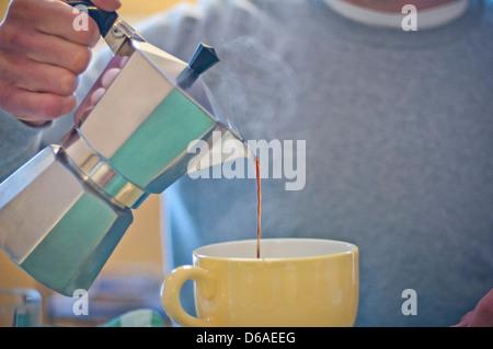 Menschen, die Kaffee in großen Tasse Gießen - Stockfoto