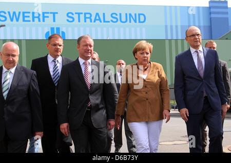 Bundeskanzlerin Angela Merkel, Premier of Mecklenburg-Western Pomerania Erwin Sellering (R) und Manager von P + - Stockfoto