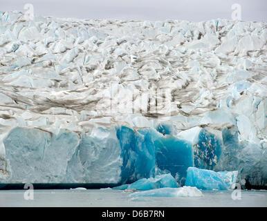 Der Rand eines kleinen Gletschers leuchtet blau rund 50 Kilometer östlich von Tasiilaq im Ammassalik District, Ostgrönland, - Stockfoto