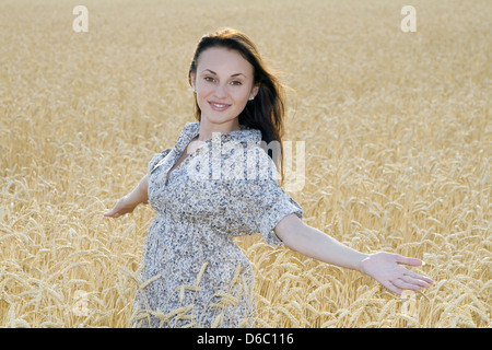 Junge Frau auf dem Gebiet der goldene Weizen - Stockfoto