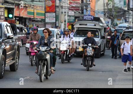 Verkehr in Chiang Mai, Thailand, 8. November 2011. Foto: Jens Kalaene - Stockfoto