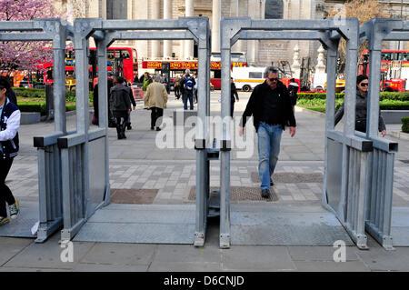 London, UK, April 16. Temporäre Sicherheitsschranken sind rund um St. Pauls Cathedral, in Vorbereitung für die Beerdigung - Stockfoto