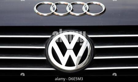 Datei - ein Archiv Bild datiert 27. November 2008 zeigt das Audi-Logo geklebt worden, ein VW-Auto in der Hafenstadt - Stockfoto