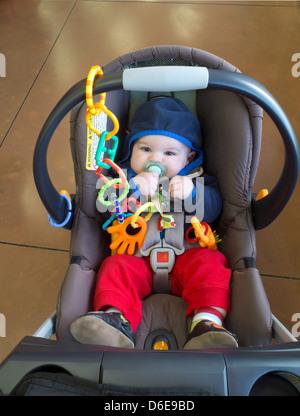 Baby im Trader Joe's Grocery Store einkaufen - Stockfoto