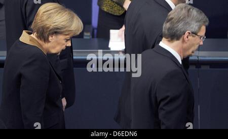 Bundeskanzlerin Angela Merkel und German President Christian Wulff (R) verlassen den Plenarsaal nach einer Festveranstaltung - Stockfoto