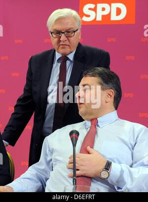 Der Vorsitzende der deutschen Sozialdemokratischen Partei (SPD) Sigmar Gabriel (R) spricht mit Bruchteil Vorsitzender Steinmeier bei der ersten SPD-Convention 2012 im Inselhotel in Potsdam, Deutschland, 30. Januar 2012. Foto: BERND SETTNIK