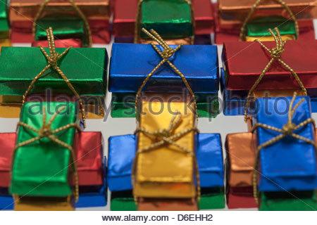 Kleine Tafeln Schokolade in farbiger Folie gewickelt - Stockfoto