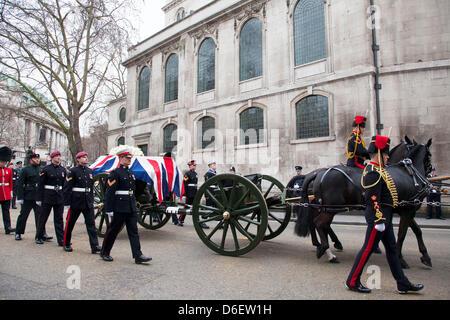 Beerdigung des ehemaligen Premierministerin Margaret Thatcher. Pferd gezeichneten Lafette tragen den Sarg verlässt - Stockfoto