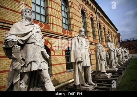 Skulpturen stehen in der italienischen Höfe der Zitadelle Spandau in Berlin, Deutschland, 17. April 2013. Eine Bau-Site-Tour informiert über das geplante neue Museum. Foto: Stefan Schaubitzer