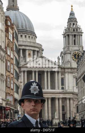 London, UK. 17. April 2013. Metropolitan Police Officers sind bei der Trauerfeier anwesend. - Stockfoto