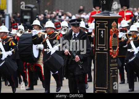 London, UK. 17. April 2013. Das Begräbnis von Baronin Margaret Thatcher. Ein bewaffneter Polizist auf der Strecke - Stockfoto