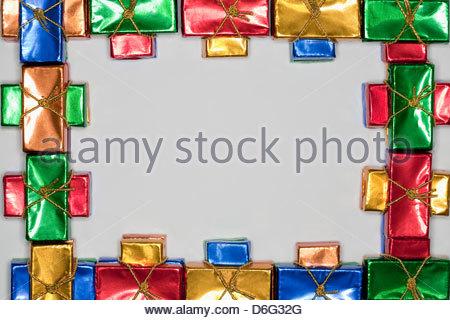 Kleine Tafeln Schokolade in farbigem Papier - Stockfoto