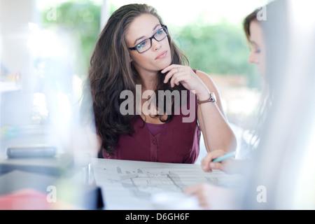 Unternehmerinnen treffen reden - Stockfoto