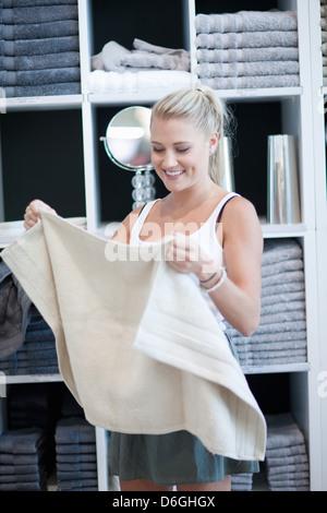 Frau für Handtücher im Store einkaufen - Stockfoto