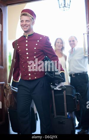 Hotelpage mit Gepäck im hotel - Stockfoto
