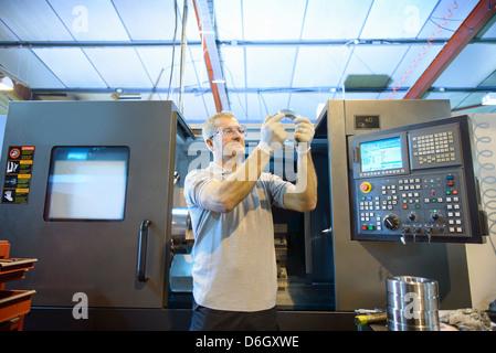 Ingenieur-Prüfung Teil in Fabrik - Stockfoto