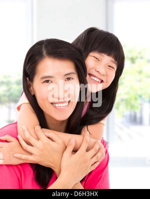 glückliche kleine Asiatin mit der Mutter - Stockfoto