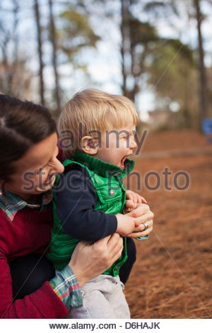 Lachende kitzeln Mutter-Sohn im park - Stockfoto