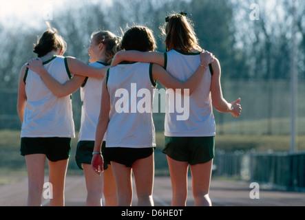 Mädchen Gymnasium Track Team-Mitglieder auf der Laufstrecke. - Stockfoto