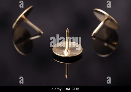 Reißnägel, Nägel mit Köpfen machen, Reflexion - Stockfoto