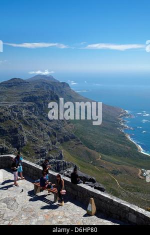 Touristen in Sicht auf den Tafelberg, mit Blick auf die zwölf Apostel und Atlantic Seaboard, Cape Town, Südafrika