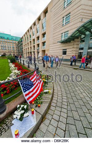 Blumen als eine Hommage auf die zehnjährigen Jahrestag des 11. September außerhalb der US-Botschaft, Pariser Platz, - Stockfoto