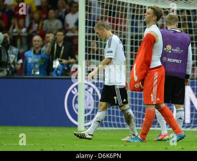 Bastian Schweinsteiger (L) und Torhüter Manuel Neuer Deutschlands reagieren, nachdem die UEFA EURO 2012 Halbfinale - Stockfoto