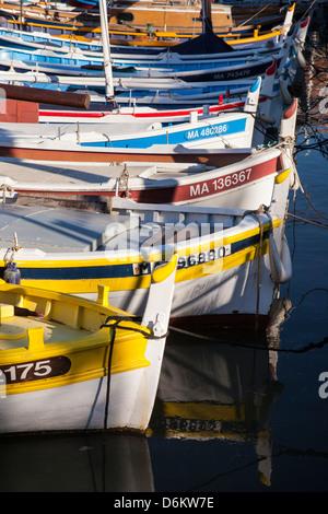 Bunte Segelschiffe in den kleinen Hafen von Cassis, Provence Frankreich - Stockfoto